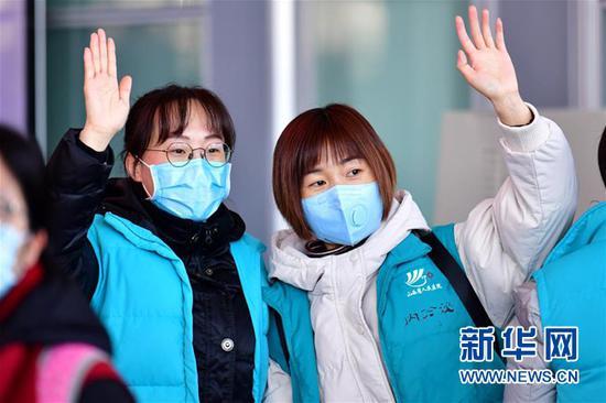山西省第八批支援湖北医疗队队员在太原武宿国际机场向送行的亲友挥手告别(2月15日摄)。新华社记者 曹阳 摄