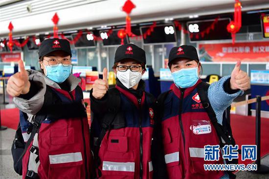 山西省第七批支援湖北医疗队的队员在太原武宿国际机场合影(2月14日摄)。新华社记者 曹阳 摄
