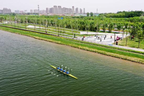 5月12日,山西皮划艇队的队员在汾河太原城区晋阳桥段附近的水面上训练(无人机照片)。 新华社记者 曹阳 摄