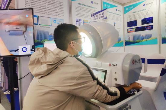 中北大学与阳煤集团总医院、山西中医药大学合作研发的心电心音原位同步智能检测仪器 摄影:郝智祥