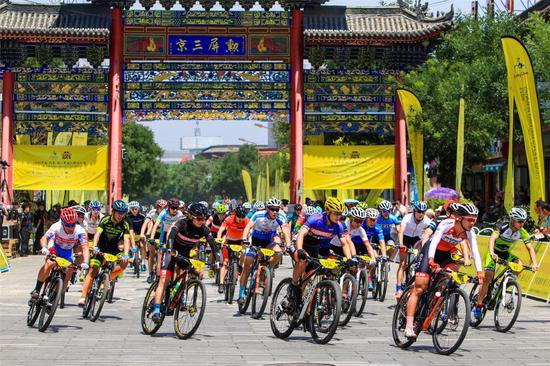 2019年雁门关国际骑游大会上健儿骑游代州古城