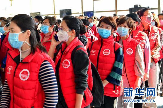 山西省第二批支援湖北医疗队队员在出征仪式上(2月2日摄)。新华社记者 曹阳 摄