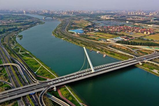 这是2019年7月26日拍摄的太原市汾河两岸景色(无人机照片)。 新华社记者 曹阳 摄