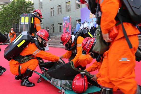 西山煤电矿山救护队演示