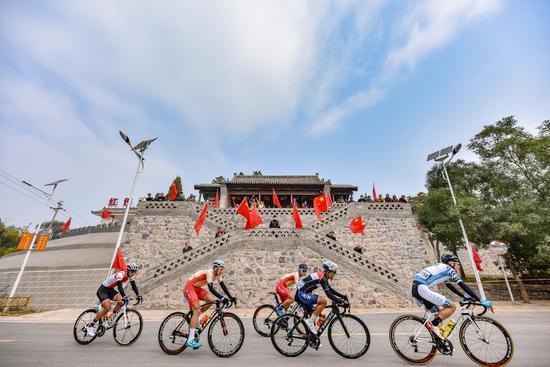 2020环太原国际公路自行车赛开赛 罗清宇等鸣枪发令