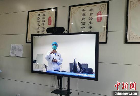 2月16日,山西省太原市第四人民医院4名新冠肺炎患者出院,该院应急病区负责人石亮介绍出院患者情况。 高瑞峰 摄