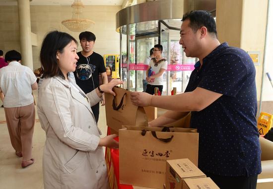 爱心商家为现代妇产医院送母亲节礼物。
