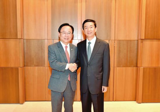 骆惠宁会晤韩国国会副议长李柱荣。 孙景凡摄
