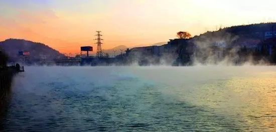 清晨的抖气河雾气缭绕。