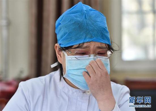 1月31日,在山西省汾阳医院,感染性疾病科护士长张小娟在接受采访时一度哽咽。新华社发(柴婷 摄)