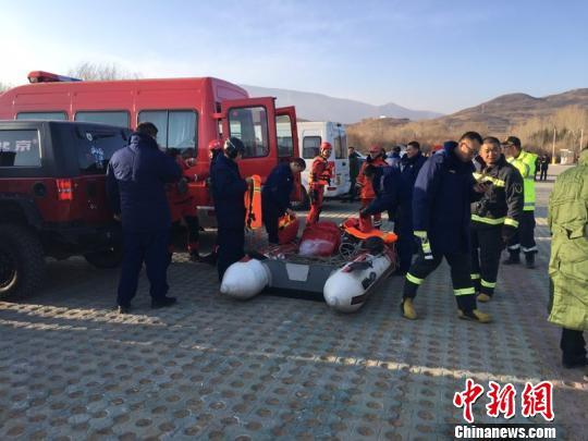 救援人员在奋力营救。 官方供图