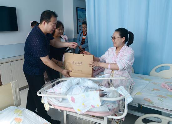 原生四季商家为山西省妇幼保健医院新手妈妈送祝福。