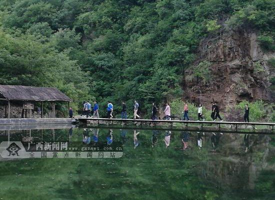 伴着潺潺的泉水声,媒体朋友开始了魅力神奇的蟒河之旅。主办方供图