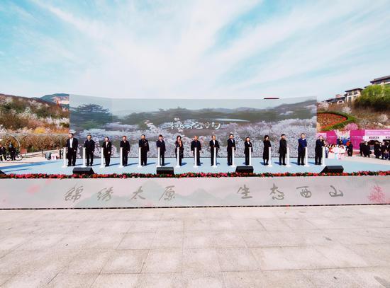 羅清宇、張新偉與省直廳局有關領導、各界群眾代表共同按下啟動柱。郝智祥 攝