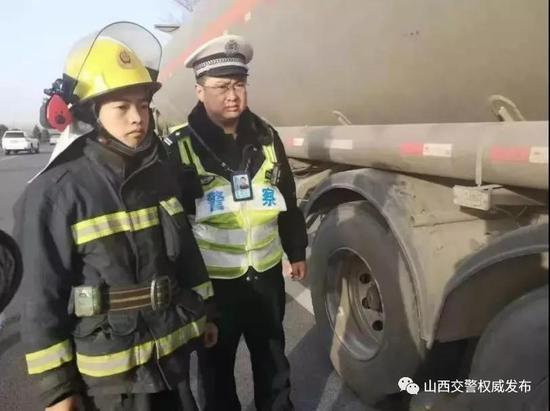油罐车轮胎起火 交警灭火30吨汽油幸免燃爆