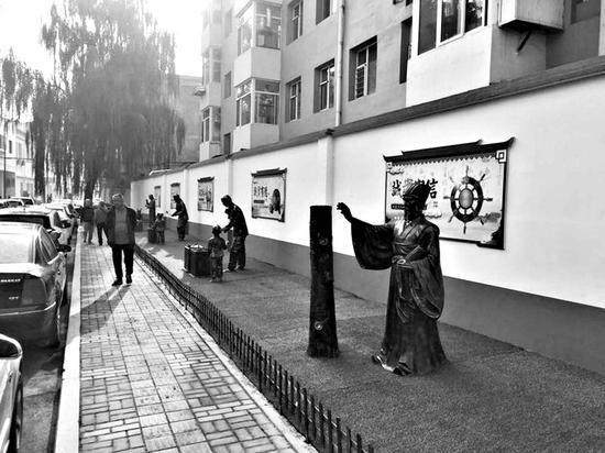 仿铜人雕塑让居民们耳目一新。