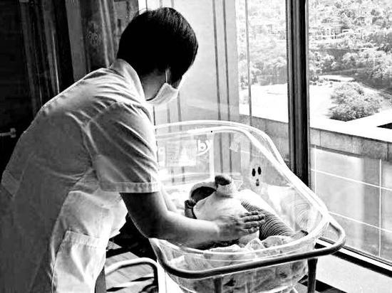 育婴师在照看宝宝