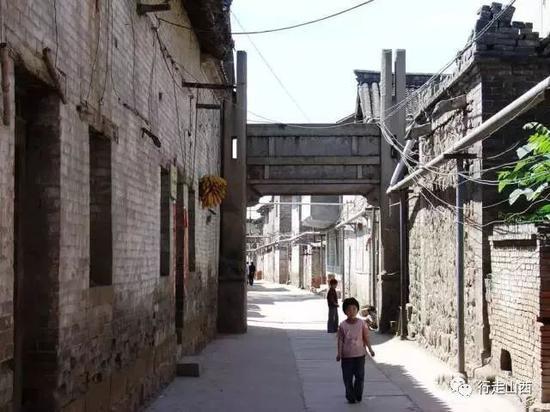 武安村的古街巷与毁坏的石牌坊