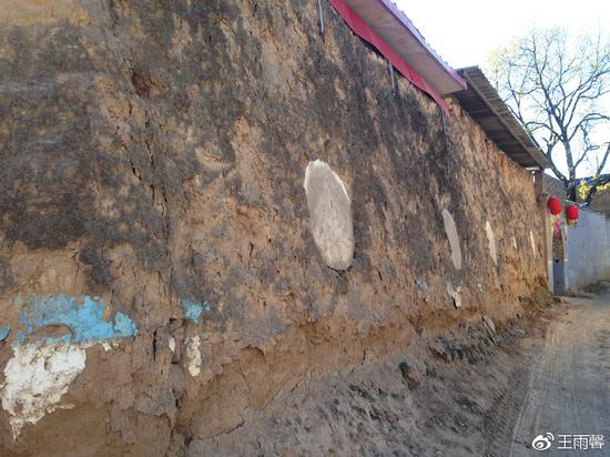 村中依然有不少老宅有人住,只是换了大门而已。墙上的这些圆孔我们猜测是为了加固用的