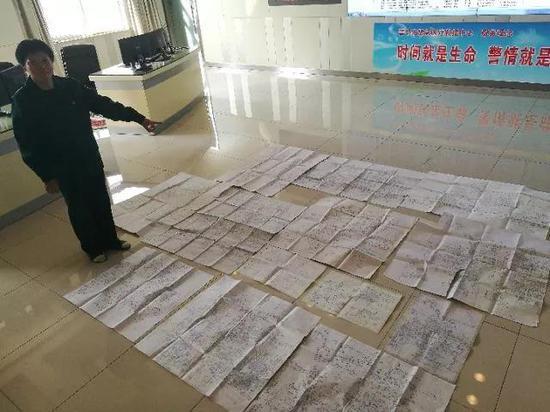 梁瑞梅向记者展示近年来的部分手绘地图。记者 王井怀 摄