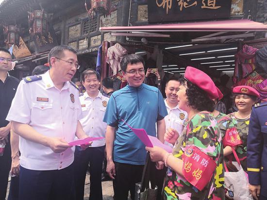 应急管理部消防救援局副局长罗永强和平遥古城平安妈妈话消防 刘素青/图