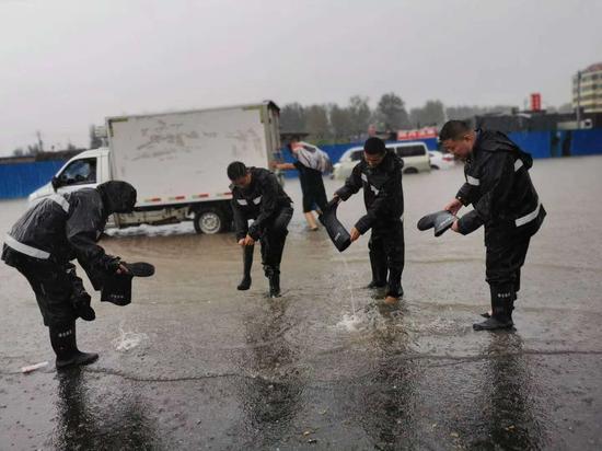 综改区综合执法队冒雨执法