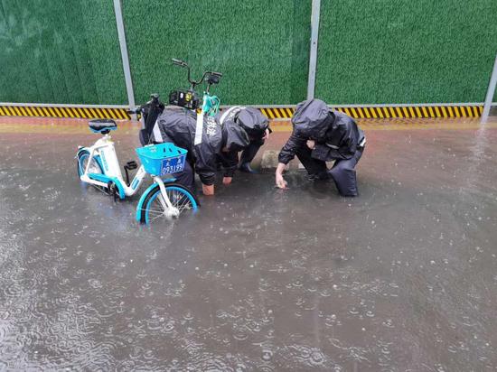 综改区综合执法队清理下水道口