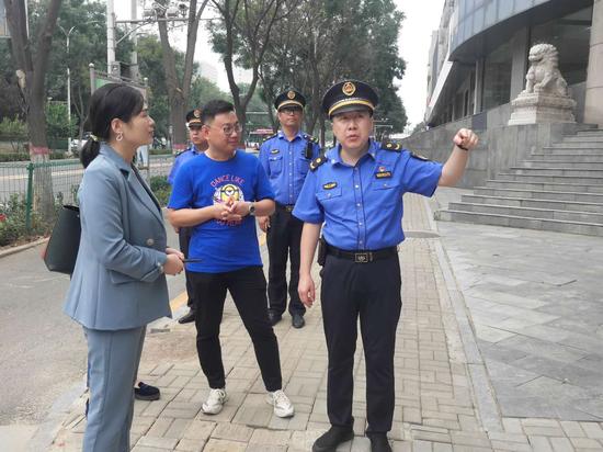 阳曲执法中队队长靳晶介绍广告牌拆除情况