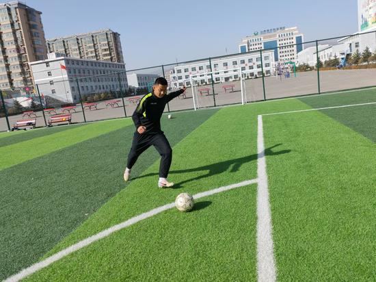 刘企博在新球场上训练