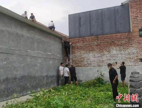长治警方打掉1个制售假酒犯罪团伙,捣毁2个犯罪窝点,抓获4名犯罪嫌疑人。 长治警方供图