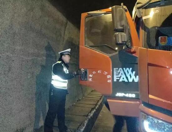 重型货车高速隧道抛锚 交警及时救援排除险情