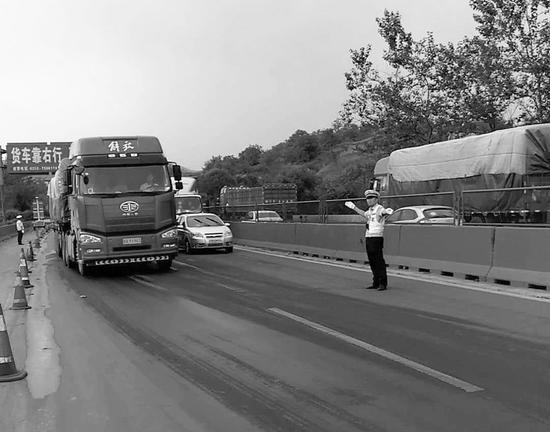 交警指挥疏导交通。