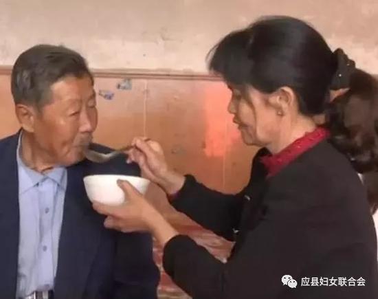 车秀云正给公公喂饭