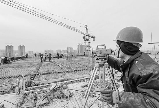 建筑工人正在施工