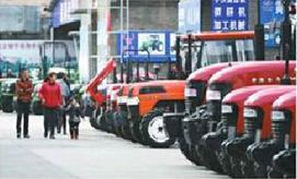图为:农民在市农机总公司选购农机具