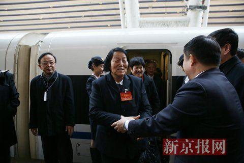 2016年3月2日,上午11时,北京西站,山西团代表申纪兰随团乘坐G92次列车抵京。新京报记者 侯少卿 摄