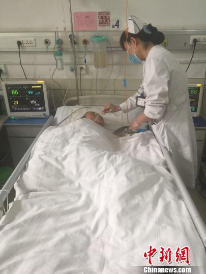 山西八旬老太王某因病入院治疗,然而患者家属在照顾病人一周后便筹钱未归。家属不在的两个多星期,喂饭、翻身甚至大小便都由医护人员处理。 图片由院方提供 摄
