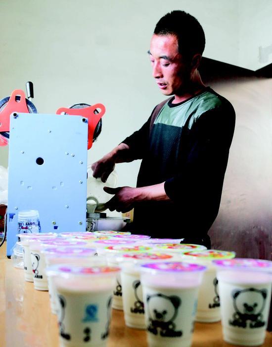 """陈映军将羊奶包装密封,打出了""""诚迎君纯羊奶""""的牌子,既方便客户又干净卫生。"""