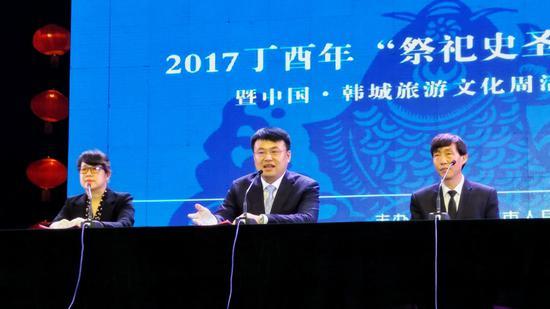 韩城市副市长王辉(左二)介绍韩城旅游文化周