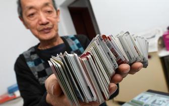 """太原7旬""""卡师傅""""6年集卡超过7万张"""