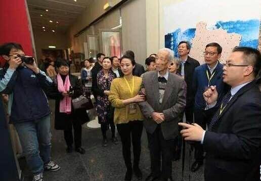 中国文物界泰斗、中国文物学会名誉会长、96岁高龄的谢辰生谢老现场观展 (图:李强)