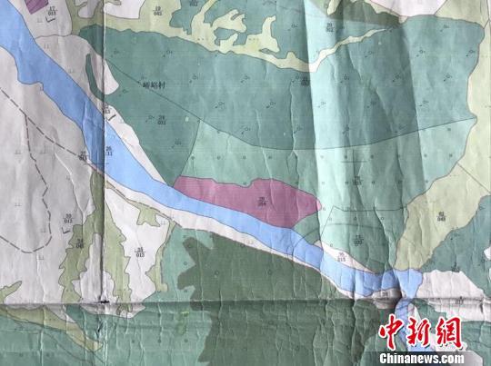 在五寨县国土资源局第二次全国土地调查土地利用图上看到,石料厂作为建设用地紧挨着蓝色河道,河道旁还有耕地。 胡健 摄