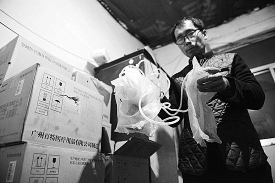 潘师傅家里堆满了妻子透析后的药袋,每个月都需要15箱药。