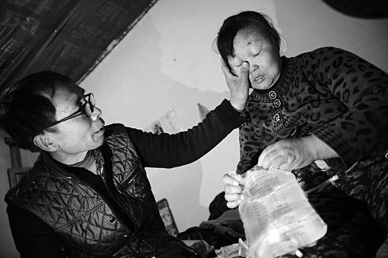 有时妻子想放弃治疗,潘师傅都鼓励她要有信心。