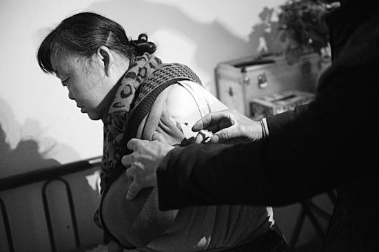 妻子每次饭前,潘师傅都要给她打一支胰岛素。