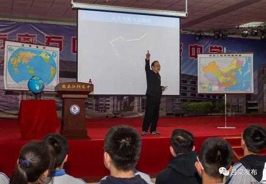 2017年4月27日,温家宝在离石区江阴高级中学给学生们作地理讲座。