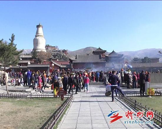 五一小长假首日 五台山迎来旅游高峰 图源:忻州网