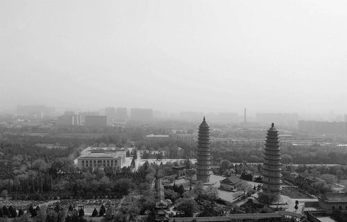 4日上午,太原双塔寺笼罩在一片沙尘中。 本报记者 寇宁 摄
