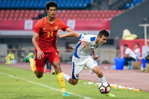 (5月21日,在熊猫杯第三轮比赛中,中国U19国青队以0∶1不敌斯洛伐克U19国青队,遭遇三连败。视觉中国供图)