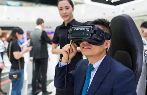 通过 VR 眼镜跟随刘涛参观德国保时捷工厂